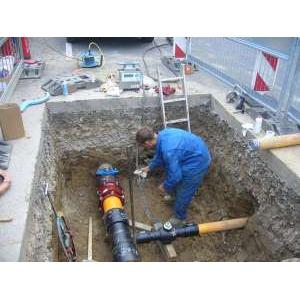 Соединение ПЭ (ПНД) и чугунной трубы при угловом отклонении (несоосности) трубопроводов